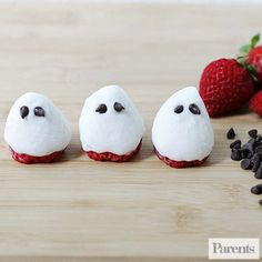 Your little goblins will love snacking on these little ghosts. These adorable fruit snacks are a perfect afternoon nibble or even a healthy addition to breakfast or lunch. Halloween Breakfast, Halloween Fruit, Halloween Treats For Kids, Fun Snacks For Kids, Fall Halloween, Halloween Crafts, Halloween Ideas, Strawberry Halloween, Halloween Carnival