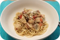 Op dit eetdagboek kookblog : Spaghetti met Kip en Champignons in Roomsaus - Ingrediënten: spaghetti, zout, 1 ui, 150 gram dobbelsteentjes ontbijtspek, 1 theelepel sambal, tijm, 1 kipfilet, kipkruiden, 1/2 rode paprika, 250 gram cha