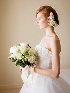 気品あるバラと愛らしいライラックのロマンティックなアレンジ 純白のドレスに合わせて白×グリーンのブーケをコーディネイト。実ものを入れてシッ...