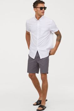 Chino shorts in woven cotton fabric. Zip fly, side pockets, coin pocket, and welt back pockets. Summer Outfits Men, Short Outfits, Beach Outfits, Club Outfits, Picnic Outfits, Mexican Outfit, Bermuda, Hipster Man, Fashion Clothes