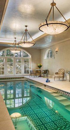 крытый бассейн с черепичной рисунком на дне
