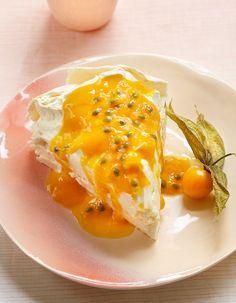 Recette Pavlova passion de Trish Deseine : 1. Préchauffez le four à 120 °C (th. 4).2. Montez les blancs d'oeufs jusqu'à ce qu'ils soient souples mais ...