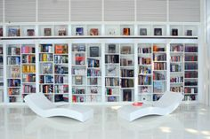 alluring-white-home-library-with-unique-shelving-also-wall-bookshelf-design-and-unique-chairs.jpg 1 200×800 pixelů