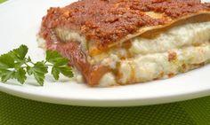 Karlos Arguiñano prepara una lasaña de bechamel de bacalao y pimientos morrones cubierta con salsa de tomate.