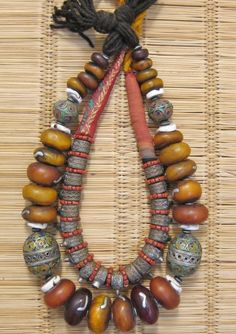 Resin, Shell, and Enamel Beads. Added by Ineke Hemminga. The inner necklace is made from Harratine Hairrings from the Southern Oases.They are threaded onto a padded core. Ethnic Jewelry, Moroccan Jewelry, African Jewelry, Amber Jewelry, Jewelry Art, Beaded Jewelry, Jewelry Design, Handmade Jewelry, Kids Jewelry