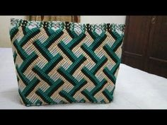 Macrame Stationary / Make up accessory pouch Macrame Owl, Macrame Purse, Macrame Knots, Micro Macrame, Macrame Patterns, Crochet Patterns, Motif Zigzag, Macrame Jewelry Tutorial, Free Crochet Bag