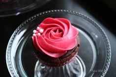 Valentine's Day Cupcakes (vegan) Valentine Day Cupcakes, Valentines Day, Chocolate Cupcakes, Chocolate Ganache, Raspberry Frosting, Baked Goods, Good Food, Kawaii, Vegan