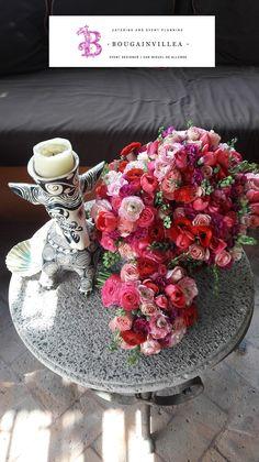 Un colorido arreglo floral  www.bougainvilleasanmiguel.com.mx Foto: Ernesto Morales #destinationweddings #sanmigueldeallende.#Guanajuato #weddingsmexico