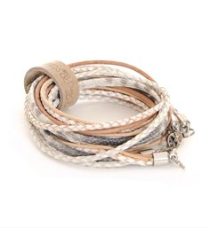 Pimps & Pearls handgemaakte leren armband model Moesss White Summer. De Moesss White Summer Snake White heeft diverse mogelijkheden. Moesss kan zowel als armband, ketting, heupriempje en als laarssieraad gedragen worden. Kortom, Stoer & Stijlvol! NummerZestien.eu