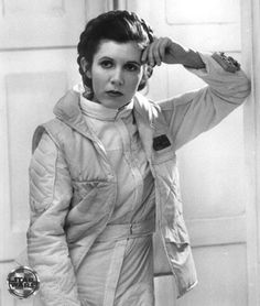 Carrie Fisher (Princess Leia) - Behind the scenes of Star Wars Star Wars I, Star Wars Cast, Leia Star Wars, Star Wars Gifts, Star Wars Characters, Star Wars Episodes, Star Wars Brasil, Alec Guinness, Star Wars Personajes