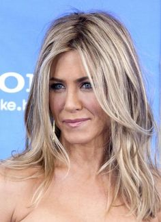 Jennifer Aniston ~ More Blonde in this one. Ash Blonde Hair With Highlights, Brown Blonde Hair, Natural Ash Blonde, Blonde Hair With Bangs, Blonde Color, Jenifer Aniston, Jennifer Aniston Hair Color, Hair Color And Cut, Great Hair