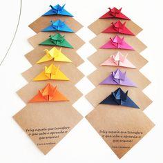 Para o dia dos Professores pediram uma lembrancinha simples. Que tal este marca página de Tsurus? Gostou? Então veja como comprar em http://casadeorigami.wordpress.com/produtos/