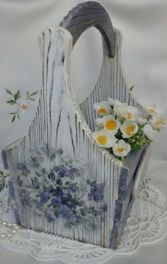 Декоративная корзинка из сосны,выполнена в технике декупаж.Обжиг,браширование.Размер 23*17*25 см.