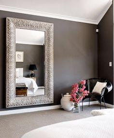 una casa relajada y luminosa espejo en el dormitorio