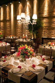 Decoração colorida: mesas de jantar com flores cor-de-rosa