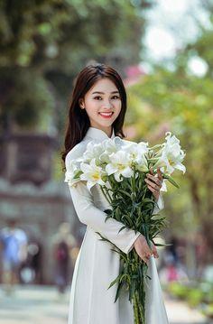 (Dân trí) - Hoa loa kèn trắng muốt cùng màu áo trắng học trò làm cho ngày xuân Hà Nội thêm cuốn hút. Vietnamese Traditional Dress, Vietnamese Dress, Traditional Dresses, Beautiful Girl Indian, Beautiful Person, Vietnam Girl, Poker Online, Oriental Fashion, Cultural