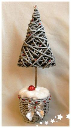 Árbol de navidad con tubos de papel periódico, news paper recycle !!