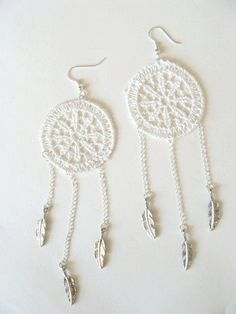 Pendientes en ganchillo - crochet earrings http://www.etsy.com/listing/73729916/white-lace-crochet-dream-catcher