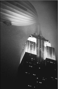 Built to Dock a Zeppelin Drones, Old Pictures, Old Photos, Vintage Photos, Empire State Building, Art Deco Stil, Vintage New York, Retro Futurism, Dieselpunk