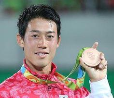 銅メダルを手に笑顔の錦織