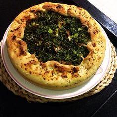 Torta de brócolis, alho poró, batata e cebola. http://torteriadaka.wordpress.com/2014/07/09/torta-de-brocolis-alho-poro-batata-e-cebola/