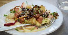 Skøn efterårsret, der minder om æbleflæsk. Bløde løg, stegte æbler og sprødstegt bacon på toppen af en puré af jordskokker og kartofler. Velbekomme!