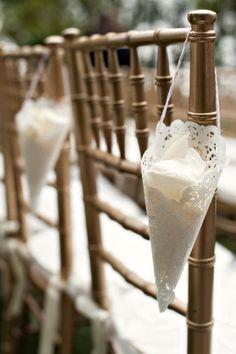 Chuva de muitas pétalas!  Para que todos participem deste momento, um cone de papel rendado cheinho delas fica um verdadeiro charme!  Muito simples e fácil de fazer. www.facebook.com/blacktienoivas
