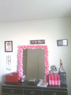 For the extra girly #dorm rooms, using flowers around the mirror in this #DIY project could add just the thing you are looking for.