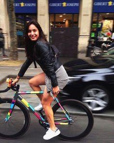 Carla Nafria fixie cycling in the city Cycle Chic, Bicycle Women, Bicycle Girl, Fixed Gear Girl, Bici Fixed, Cycling Girls, Track Cycling, Bike Style, Bike Design