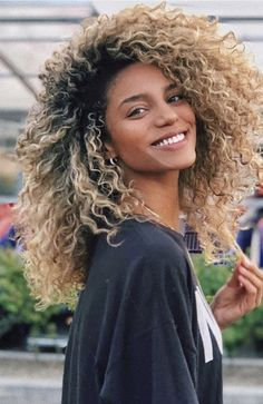 Afro Blonde, Blonder Afro, Blonde Curls, Long Curly Blonde Hair, Girls With Curly Hair, Middle Part Curly Hair, Curly Balayage Hair, Blonde Highlights Curly Hair, Brown Curly Hair