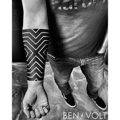 """2,300 Me gusta, 29 comentarios - Ben Volt (@benvolt) en Instagram: """"Last one at #newyorkadorned. A linear intersecting #opart forearm piece inspired by the work of…"""""""