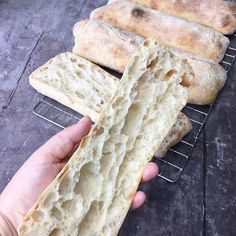 Ciabatta med surdej - lette og luftige - TanteStrejf.dk Cooking Bread, Bread Baking, Home Food, Ciabatta, Croissant, Cakes And More, Crackers, Bread Recipes, Smoothies
