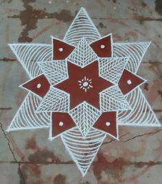 Les dessins des rangolis sont transmis de mère en fille. Certains sont très anciens et remontent à des centaines d'années. Des formes florales ou animales s'ajoutent parfois aux peintures, mais le pouvoir prophylactique des rangolis tient à sa géométrie complexe. Easy Rangoli Designs Diwali, Rangoli Simple, Simple Rangoli Designs Images, Rangoli Designs Flower, Small Rangoli Design, Rangoli Ideas, Rangoli Designs With Dots, Kolam Rangoli, Flower Rangoli