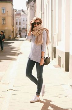 Light grey top, dark grey (or use green) skinny jeans, beige scarf, white sneakers (or use keds)