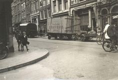 1943. Residents are stealing goods from homes of deported Jews in the Jodenbreestraat in the Jewish quarter of Amsterdam. Photo Collectie Joods Historisch Museum. #amsterdam #worldwar2 #Jodenbreestraat