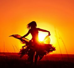 Dance like nobody is watching. Sunset Photography, Girl Photography Poses, Creative Photography, Cool Photos, Beautiful Pictures, Silhouette Photography, Orange Aesthetic, Dance Art, Silhouettes