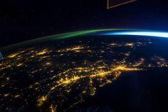 Costa orientale – USA – 6 agosto 2014  Grandi concentrazioni di luce rivelano le principali città situate sulla costa orientale degli Stati Uniti, vista di notte