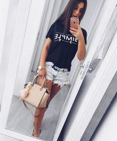 """"""" A moda sai de moda, o estilo jamais """" Coco Chanel ⠀ • Snap: mariella_sarto   instablogger Contato : mariellasarto@yahoo.com.br"""