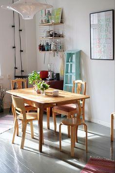 Alvar Aalto tuoleja, Yki Nummi Lokki valaisin... Finnish kitchen...