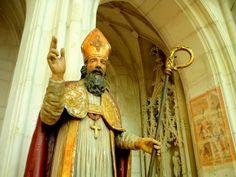 Saint Nicolas de Port en statue. The story of St. Nicolas in French.