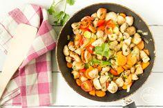Ebédnek is, vacsorának is elkészíthetitek, 10 perc alatt kész. Bármilyen zöldséggel helyettesíthető, én abból válogattam, ami kéznél volt és amitől szép színes lesz, hogy még nagyobb kedvem legyen …