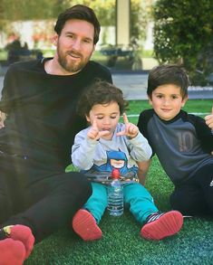 Messi and his sons Lional Messi, Messi Fans, Messi Soccer, Soccer Guys, Lionel Messi Biography, Rugby, Lionel Messi Family, Leo, Lionel Messi Barcelona