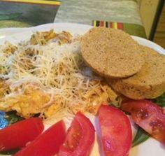 Rántotta diétás zsömlével Hozzávalók a rántottához: 3 tojás 1 hagyma 1 ek. olívaolaj só, bors Hozzávalók a zsemléhez: •    1 evőkanál lenmag liszt •    1 evőkanál útifűmaghéj •    1 tojás •    2 evőkanál víz •    1 kávéskanál sütőpor •    Só Ilyen egyszerűen készül: A zsömléhez a tojást verd fel, add hozzá a száraz alapanyagokat. Hagyd pár percig állni, majd egy kiolajazott tálkában tedd a mikróba 3 percre. A rántottához pirítsd le olajon a hagymát, majd öntsd nyakon az előre felvert…