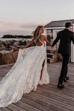 Wow💘 What a dreamy shot Boho Wedding Pictures, Bohemian Wedding Dresses Outdoor Wedding Dress, White Lace Wedding Dress, Wedding Dresses 2018, Bohemian Wedding Dresses, Tulle Wedding, Bridal Dresses, Beach Wedding Gowns, Trumpet Wedding Dresses, Wedding Dress Sheath