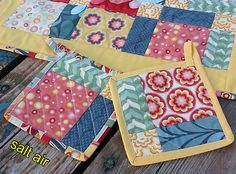 Quilted table center & pot-holders