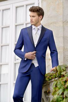 Traje de novio de la firma Enzo Romano en azul Klein con solapas, vivos de bolsillos y botones combinados en negro.  Disponible en tienda: www.sastrariacampfaso.es