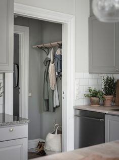 top tips for bedroom decor Country Interior Design, Beautiful Interior Design, Interior Design Living Room, Scandinavian Home Interiors, Design Scandinavian, White Interiors, Shutter Decor, Minimalist Decor, Modern Kitchens