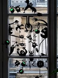 In addition to front porch and front door, windows are also very important in Halloween decorations because this is the first thing your guests will see Moldes Halloween, Soirée Halloween, Bricolage Halloween, Manualidades Halloween, Holidays Halloween, Halloween Decorations For Kids, Halloween Activities, Diy Halloween Window Silhouettes, Deco Haloween