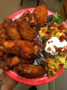 Naked bone in chicken wings with loaded baked potato topped with broccoli cheese sour cream and bacon bits Comida Diy, Junk Food Snacks, Food Obsession, Food Goals, Aesthetic Food, Food Cravings, I Love Food, Soul Food, Food Dishes