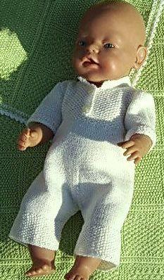 Quand j'ai créé ce magnifique modèle Christina de Mälfrid … Conception: Målfrid Gausel Knitting Dolls Clothes, Knitted Dolls, Knitted Hats, Doll Clothes, Baby Born Clothes, Bitty Baby Clothes, Doll Toys, Barbie Dolls, Doll Wardrobe